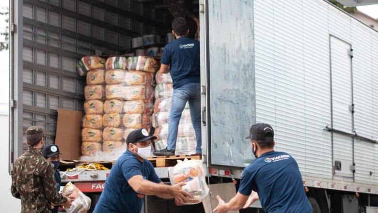 Mais de 75 toneladas de alimentos são entregues pela Viacredi a famílias da região de atuação