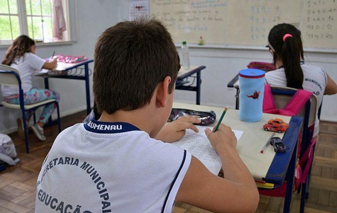 Servidores poderão entrar em greve contra retomada das aulas presenciais em Blumenau