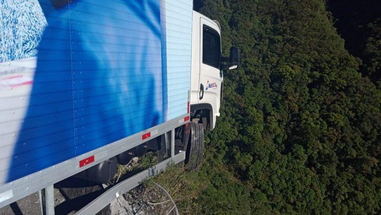 Caminhão bate em mureta e fica pendurado na Serra do Rio do Rastro